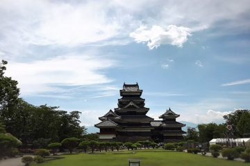 松本城を望む